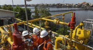 Petugas memeriksa fasilitas di Onshore Receiving Facilities (ORF )Tambak Lorok milik PT Kalimantan Jawa Gas di Semarang, Jawa Tengah, Kamis (8/9).